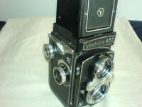 YASHICA 635 twin lens reflex, original leather case, strap.
