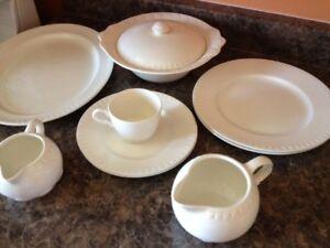 Set de vaisselle antique en porcelaine de marque Barratis