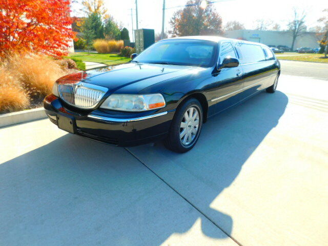 VERY NICE LIMOUSINE ! ONE OWNER ! ROYALE EDITION ! LOW MILEAGE !WARRANTY ! 2005