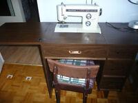 Machine à coudre Kenmore dans meuble en bois