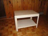 Salon:  Table de coin.