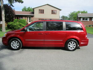 2010 Chrysler Town & Country touring Fourgonnette sto n go