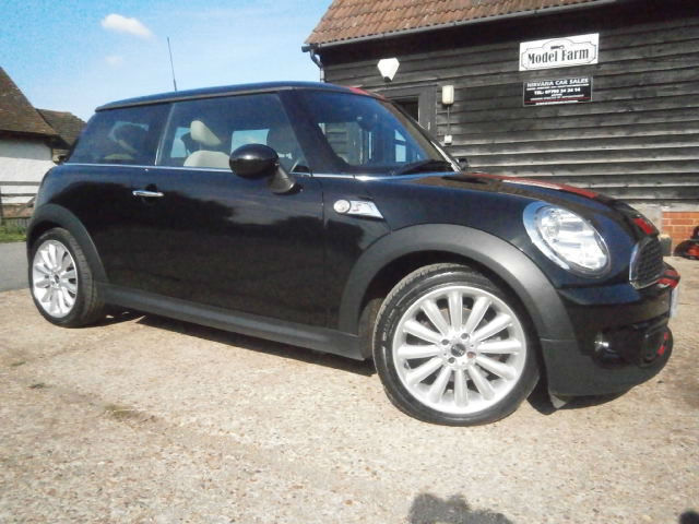 1161 MINI MINI 2.0 SD COOPER TURBO DIESEL BLACK/RED STRIPES/BIEGE LEATHER SEATS