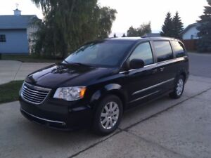 2016 Chrysler Town & Country Touring - Comes w/new winter tires