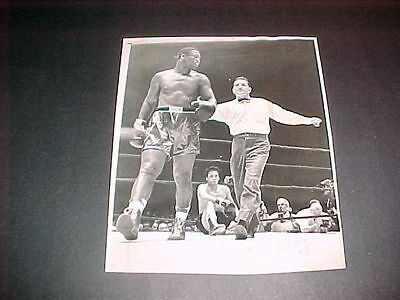 JOE FRAZIER VS RAMOS 1968 KNOCKOUT ORIG. PRESS PHOTO