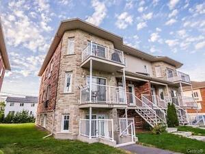 Spacieux Condo 2 Chambres, 2 Stationnements