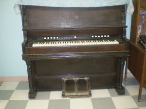 BEAUTIFUL ANTIQUE PUMP ORGAN