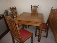 Stunning Oak Traditional Style Dining Table and 4 Chairs