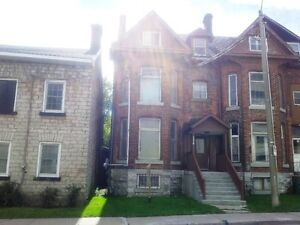 CUTE BACHELOR IN GREAT DOWNTOWN LOCATION! - 154-3 Johnson St