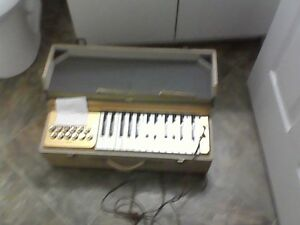 electric keybourd ,in carrying case,vintage