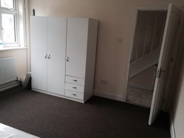 Modern Double Room in a House share located with short walk to Greenford Station,Available Now