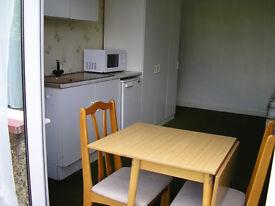 Large Semi Studio, Own Kitchenette, 4 mins Tube Kingsbury NW9, in Superb Residential Area