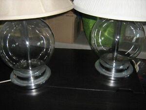 2 lampes pieds en verre translucide 25'', 17$ chaque