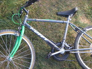 huffy 18-speed youth mtn bike. 16 in frame. Kick stand, reflecto