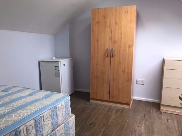 Cozy, cheap, double room available near Stratford to move in right now!!!