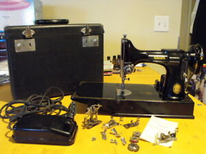 Singer 221 Featherweight Sewing Machine with Case & Accessories