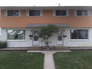 406 Froom Crescent  Lovely Duplex Available now for short term