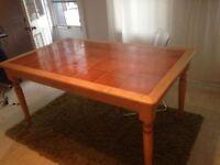 Belle table de cuisine en bois et céramique