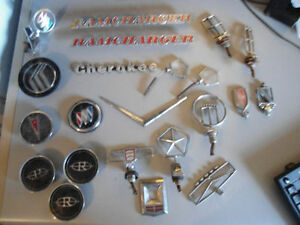 22 VINTAGE CAR/TRUCK HOOD EMBLEMS/CENTRE CAPS LOT