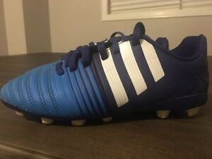 ADIDAS SOCCER SHOES LIKE NEW - SIZE 2.5