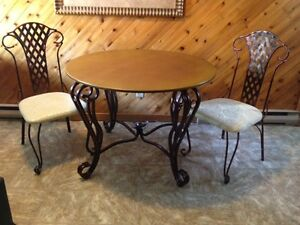 Beautiful Iron Dining Set Excellent Condition Heat Resistant Top