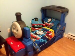 Thomas the train Toodler Bed plus bedroom decor