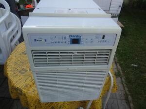 Air climatisé (Climatiseur) fenêtre Danby 12000BTU comme neuf