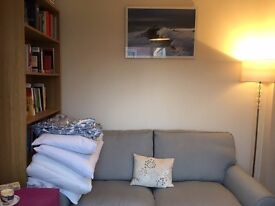 Short term selfcontained ensuite studio, fridge, microwave & parking to rent weekdays in Cirencester