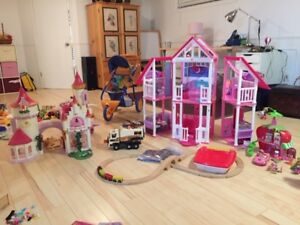 lot de jouets enfant, Barbies, playmobil, princesse, fraisinette