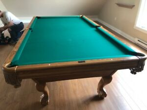 9 ft Pool Table ( Brunswick Table Like New Condition )