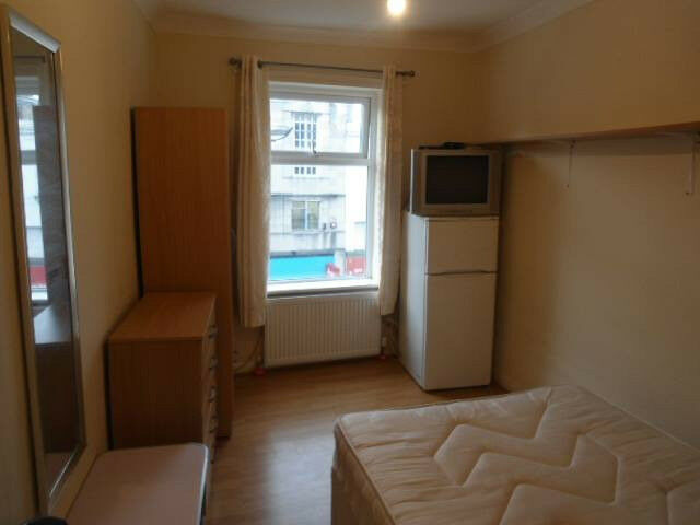 Offering a single room, located at Rye Lane, Peckham.