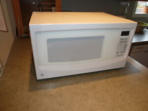 GE 1.1 cubic feet microwave oven / Four micro-ondes