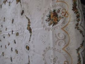 VINTAGE: LARGE OVAL TABLECLOTH AND 8 MATCHING NAPKINS
