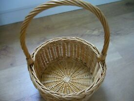 VINTAGE ROUND WICKER BASKET WITH HANDLE IN EXCELLLENT CONDITION
