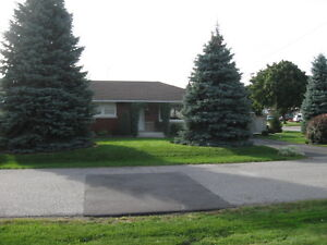 Bungalow Walking distance to all amenities on quiet side street