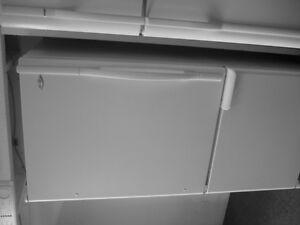FRIDGE, white, 30 INCH WIDE, freezer bottom