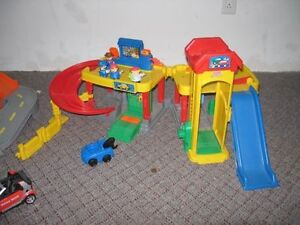 Garage Fisher Price Little People West Island Greater Montréal image 1