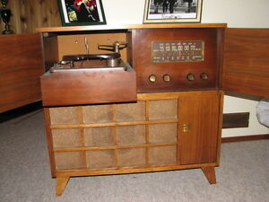 ANTIQUE RCA RADIO/RECORD PLAYER IN VERY GOOD CONDITION
