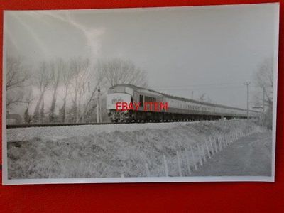 PHOTO  DIESEL LOCO NO D189 PASSES LYDNEY 23/3/72 WITH THEH 10:10 NEWCASTLE - CAR