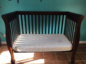 Lit de bébé et commode/table à langer en bois massif brun foncé
