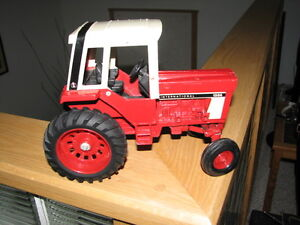 INTERNATIONAL 1586 ERTL TRACTOR WITH CAB