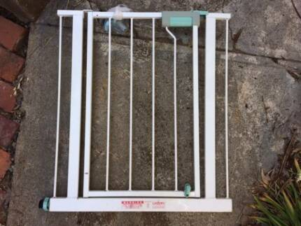 child safety gate Lindam, door barrier