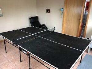 Ping pong table pliante et accessoires en bonne condition.