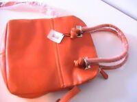 A ladies quality amazing design brand new item smashing lining.Long shoulderstrap.Inside pockets.