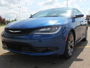 2016 Chrysler 200 S / Panoramic Sunroof / Back Up Camera