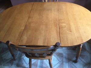 Roxton Maple dining room table with six chairs and two leaves