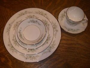 WEDGWOOD WESTBURY PATTERN DINNERWARE SET