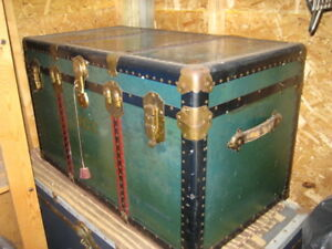 VINTAGE TAVEL TRUNK LUGGAGE CHEST