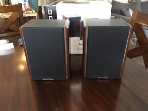 Centrios Small Bookshelf Speakers in Near-Mint Condition