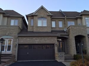 Stunning Exec. Townhouse in Prestigious Joshua Creek for Rent